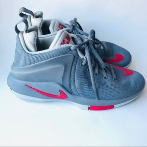 Boys Nike zoom Size 5Y Gray Red